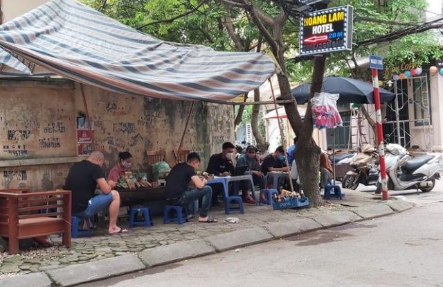 Chủ tịch Hà Nội yêu cầu dừng toàn bộ quán nước chè ở các vỉa hè để phòng chống dịch Covid