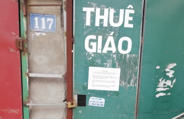 Hà Nội: Một hộ dân bị nhóm người lạ mặt khoá cửa, nhỏ keo 502 vào ổ khoá không cho ra vào