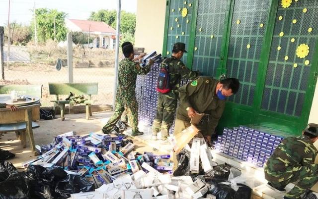 Phát hiện hàng nghìn gói thuốc lá ngoại được cất giấu trên cánh đồng ở Tây Ninh