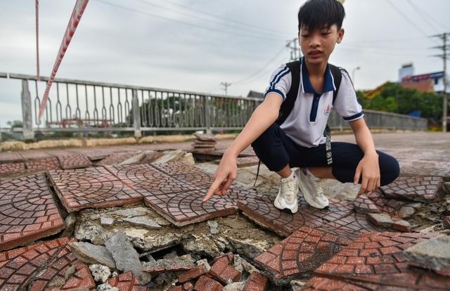 Hà Nội: Mặt cầu Tứ Hiệp sụt lún bất thường, người dân đi bộ cũng e dè