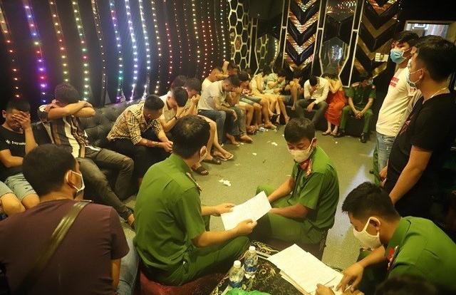 """Khởi tố nữ chủ quán karaoke tham gia """"tiệc ma túy"""" cùng khách tại Đắk Nông"""