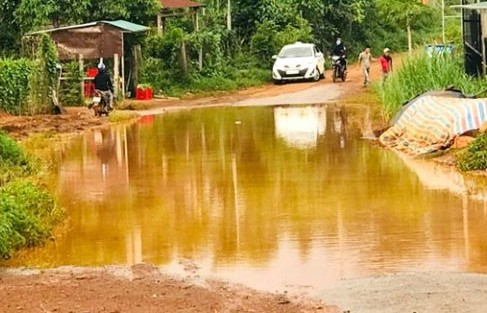 Đắk Nông: Nước ngập úng thành ao lớn giữa đường Đắk R'moan
