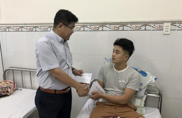 Báo Pháp luật Việt Nam thăm hỏi chiến sĩ công an bị thương trong khi làm nhiệm vụ
