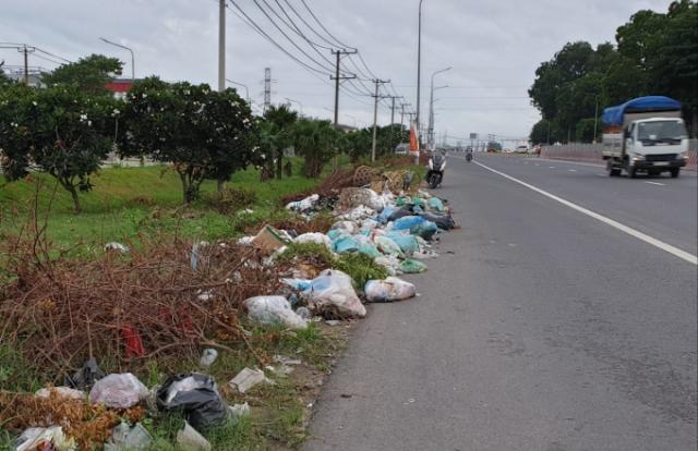 Ngổn ngang rác thải ngay cửa ngõ vào TP Biên Hòa