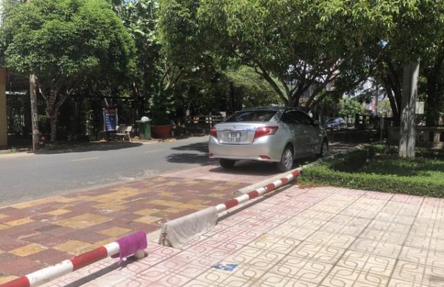 Đồng Nai: Người nhà cán bộ Phường ngang nhiên đỗ xe ôtô tuỳ tiện?