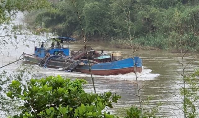 """""""Binh đoàn"""" tàu vỏ thép thi nhau quần thảo, xé toạc sông Đồng Nai"""
