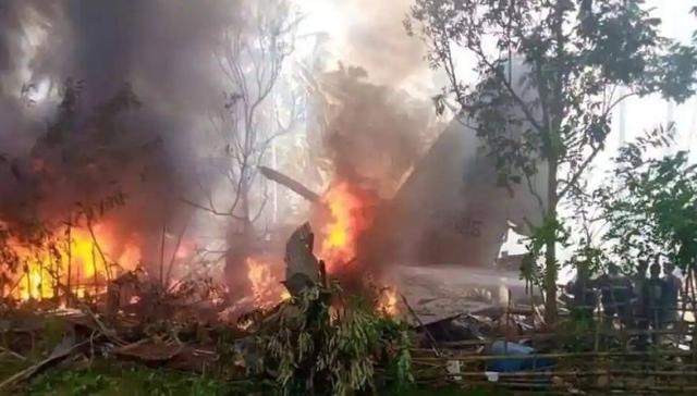 Nhiều binh sĩ nhảy khỏi máy bay của Philippines bốc cháy, ít nhất 45 người thiệt mạng