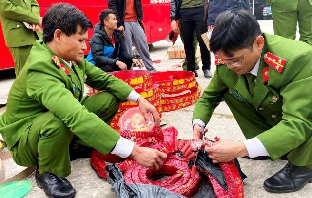 CSCĐ Thanh Hóa bắt giữ xe khách vận chuyển 83kg pháo nổ trái phép