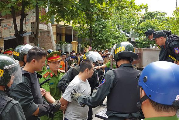 Xe chở Giám đốc Sở GD&ĐT Quảng Trị bị một đối tượng nghi ngáo đá chém loạn xạ