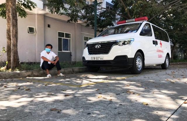 Ông Đoàn Ngọc Hải ngồi chờ tại Bệnh viện Ung Bướu Đà Nẵng để chở bệnh nhân nghèo về quê