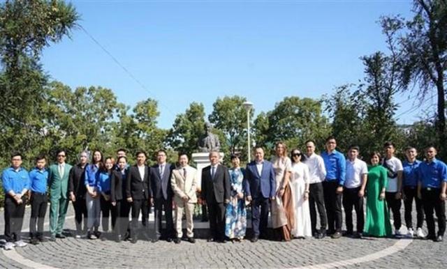 Đặt hoa tại tượng Bác Hồ ở Nga nhân kỷ niệm 76 năm Quốc khánh