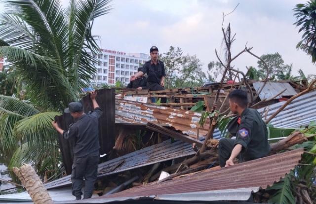 Cảnh sát cơ động giúp nhân dân khắc phục thiệt hại cơn bão số 9