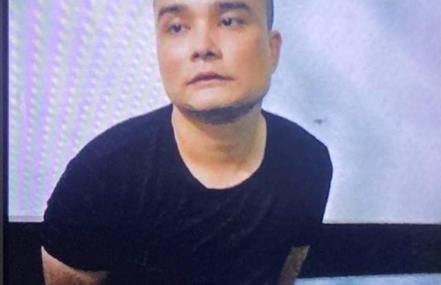 Thanh niên cầm hung khí khống chế 3 người ở TP HCM
