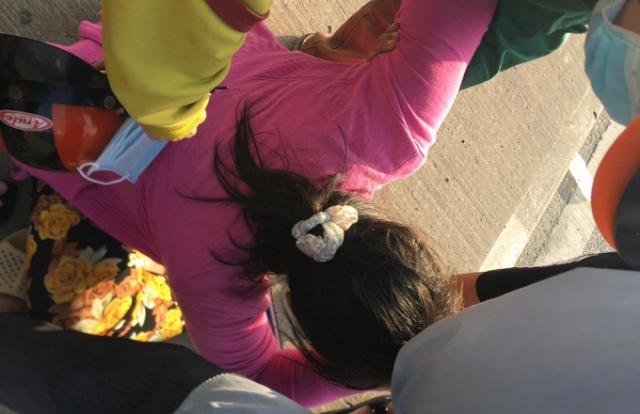 """Con gái """"khóc ngất"""" ôm thi thể cha bị tai nạn giao thông ở cầu Phú Mỹ"""