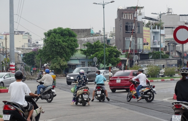 Ngày đầu đi làm, tài xế Gojek bị xử phạt vì băng qua đường ray có biển cấm