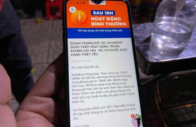 Tài xế giao hàng AhaMove bất ngờ khi bị phạt vì công ty thông báo được hoạt động sau 18h