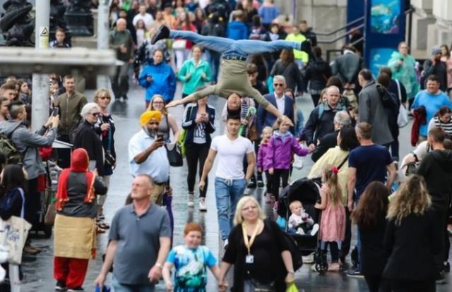Quốc Cơ - Quốc Nghiệp chồng đầu gây náo loạn đường phố nước Anh