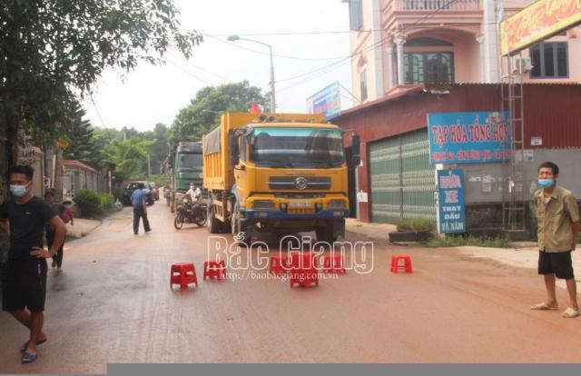 """Bắc Giang: Xe chở đất gây ô nhiễm môi trường, một số người dân lập """"hàng rào ghế"""" chặn đường"""