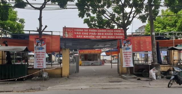 Nhiều tiểu thương chợ Kim Nỗ đã phải ra vỉa hè bán hàng khi chưa được ký hợp đồng