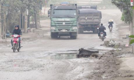 Hà Nội: Tan nát một con đường vì... cát