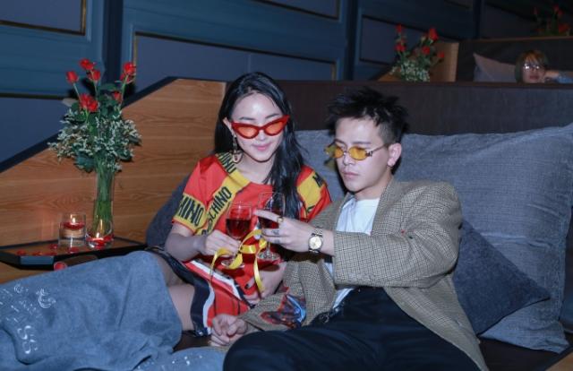 Cặp đôi Châu Bùi, Cao Minh Thắng trải nghiệm rạp chiếu phim giường nằm đầu tiên tại Hà Nội