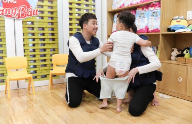 """Trấn Thành tìm được cậu bé """"tỉ phú"""" giúp vợ chồng """"nổi hứng"""" muốn có con"""