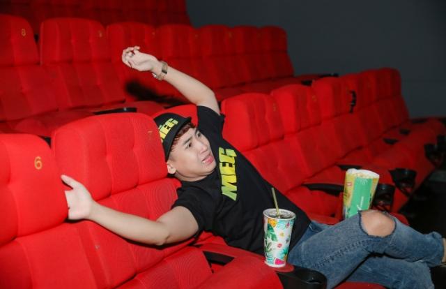 """50 sắc thái của Huy Cung khi xem """"Cá mập siêu bạo chúa"""" ở rạp phim 3 màn hình"""