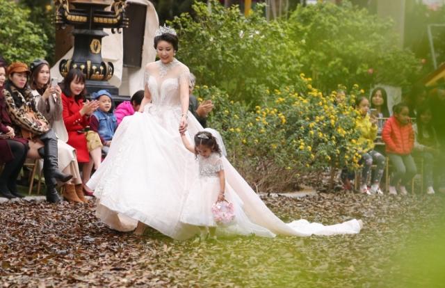 Hà Kiều Anh diện đầm lộng lẫy, cùng 3 con tỏa sáng trên sàn diễn Tuần lễ thời trang trẻ em Việt Nam Thu – Đông 2018