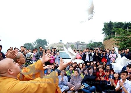 Hàng trăm sinh viên cùng phóng sinh và thả đèn hoa đăng,…giữa sông Hồng