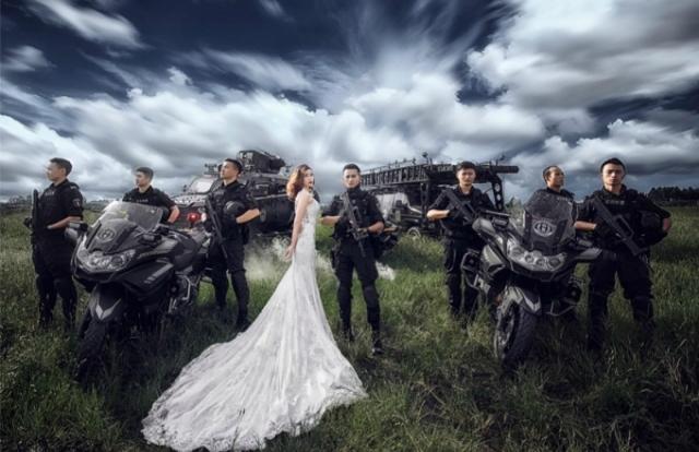 Xôn xao bộ ảnh cưới có 1-0-2 của chàng cảnh sát đặc nhiệm và vị hôn thê trong khu huấn luyện