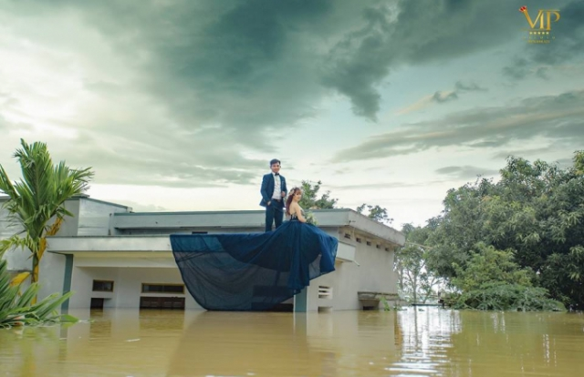 """Bất chấp mưa lũ dâng cao, cô dâu chú rể Ninh Bình vẫn leo lên nóc nhà chụp ảnh cưới gây """"sốt"""" MXH"""