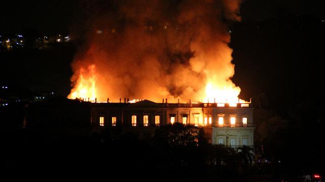Video: Bảo tàng 200 năm tuổi ở Brazil chìm trong biển lửa