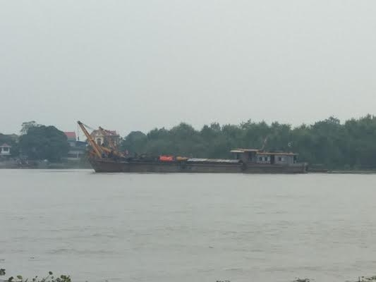 Hải Phòng: Tàu dầu đâm chìm sà lan trên sông Cấm