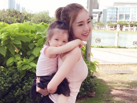 Khoảnh khắc đáng yêu của hai mẹ con Elly Trần khiến fan rụng tim