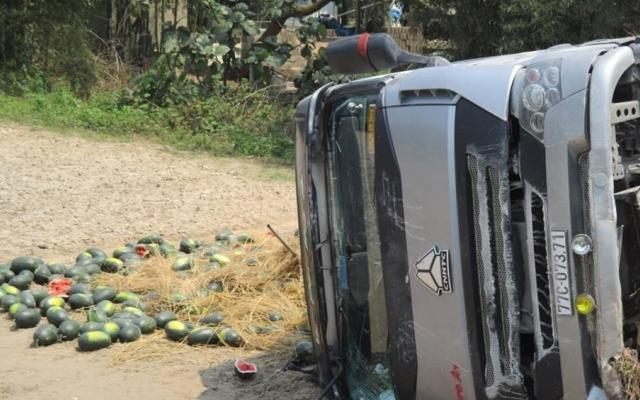 TT Huế: Buồn ngủ, tài xế phi cả xe dưa xuống ruộng