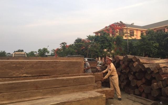 Bắt xe tải vận chuyển trái phép hơn 30m2 gỗ quý hiếm