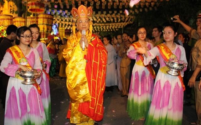 Hà Nội: Hàng ngàn người diễu hành rước Phật đản tại Chùa Quán Sứ