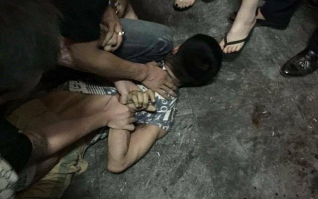 Hà Nội: Bảo vệ bị đuổi chém gần Hồ Gươm, người dân thản nhiên quay phim chụp ảnh