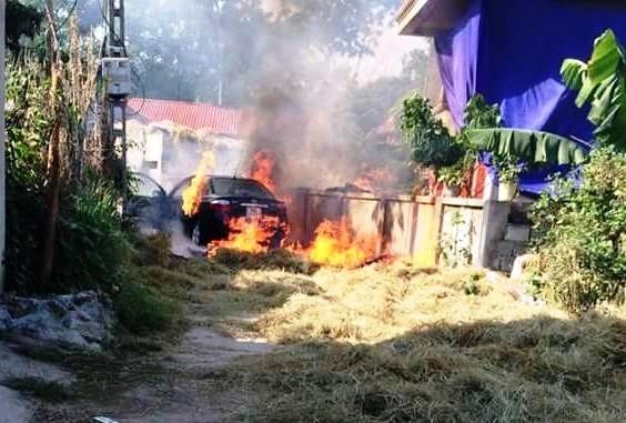 Hà Nam: Ô tô cháy rụi khi đỗ trên đống rơm