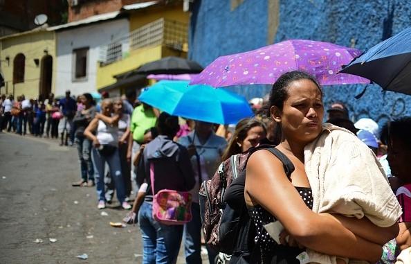Người dân Venezuela chặn xe tải cướp gà vì quá đói