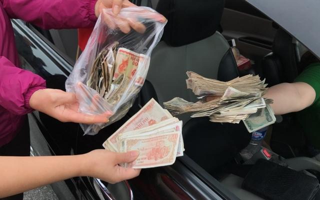 Người dân sử dụng tiền 200 đồng mua vé qua trạm để phản đối thu phí BOT