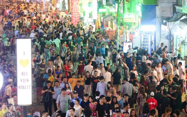 Hàng nghìn người đổ về phố đi bộ Bùi Viện đêm khai trương