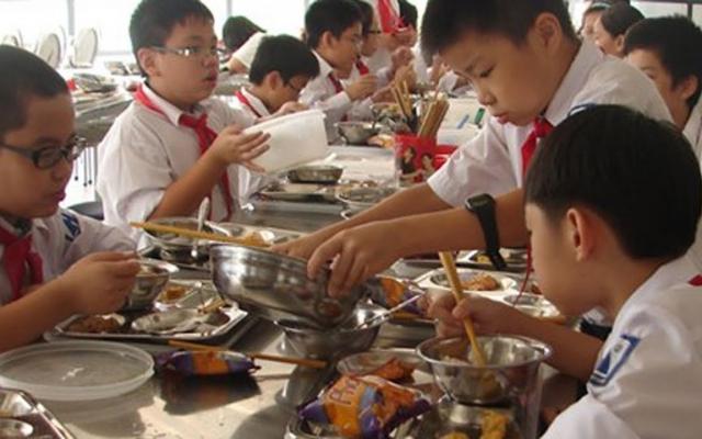 """Bản tin Pháp luật Plus: Thực phẩm bẩn """"chui"""" vào trường học và lỗ hổng quản lý"""