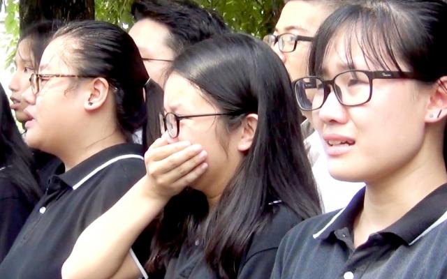 """Tiễn biệt PGS Văn Như Cương, hàng trăm học sinh ca vang """"Hát về mái trường Lương Thế Vinh"""""""