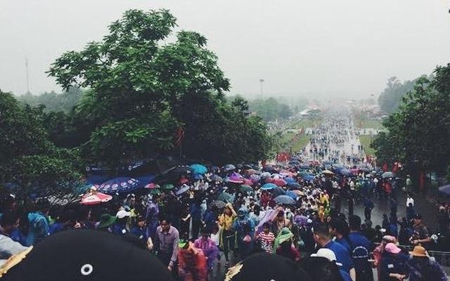 Lực lượng an ninh và sinh viên đội mưa nhiều giờ hướng dẫn du khách tại Đền Hùng