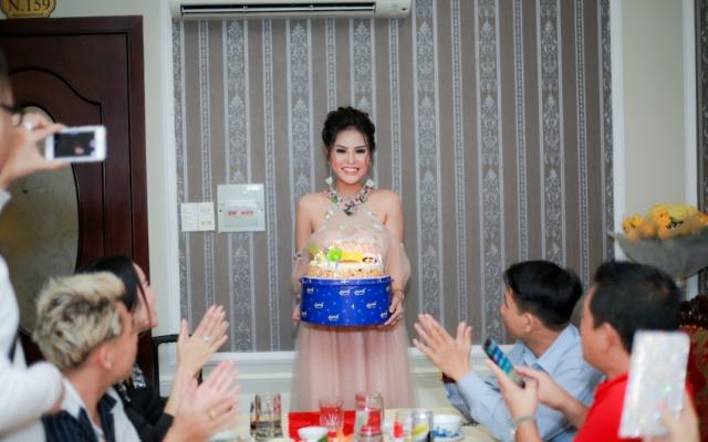 Hoa hậu Dy Khả Hân đón tuổi mới bên buổi tiệc sinh nhật bí mật cùng bạn bè thân thiết