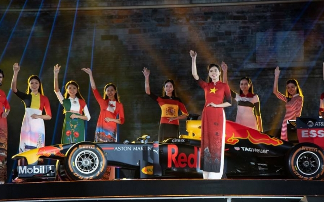NTK Đỗ Trịnh Hoài Nam trình diễn BST áo dài bên siêu xe F1