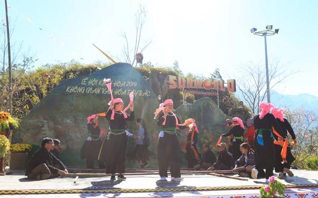 Du khách nô nức lên Fansipan trẩy hội khèn hoa, hoan hỉ chiêm bái xá lợi Phật