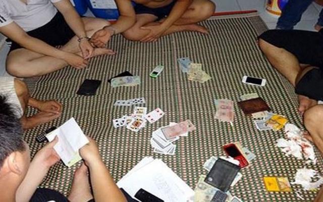 Bắt quả tang cán bộ Phòng Giáo dục đánh bạc