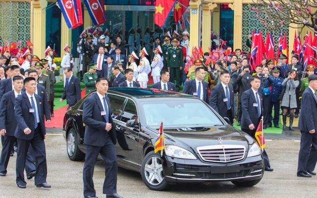 Clip khoảnh khắc Chủ tịch Kim Jong-un xuống tàu bọc thép, lên ô tô về Hà Nội